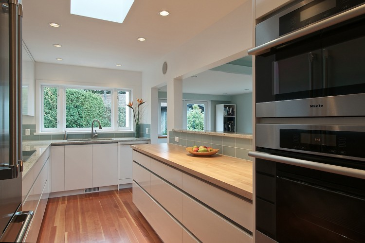 kitchen-with-aluminum-finger-channel